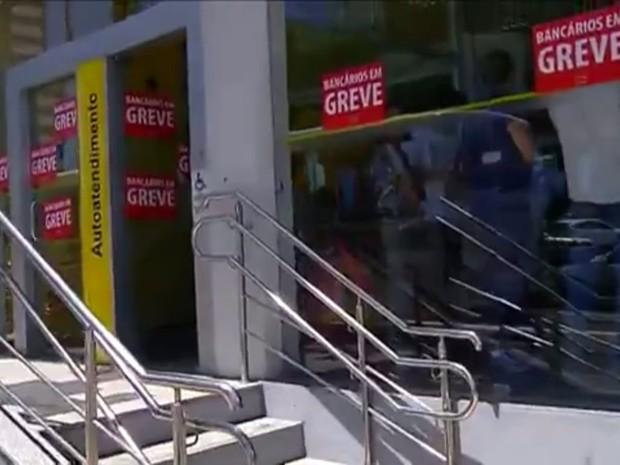 Greve dos bancários completou uma semana nesta terça-feira (13) (Foto: Reprodução/ Inter TV Cabugi)