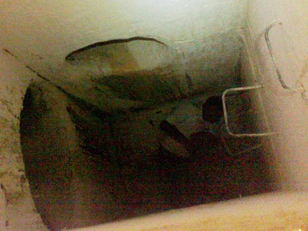 Homem ficou preso após cair em bueiro em Carmo de Minas, MG (Foto: Corpo de Bombeiros)