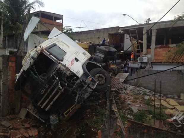 Carreta perdeu o controle e atingiu residências. (Foto: Leandro Tedesco/TV Gazeta)