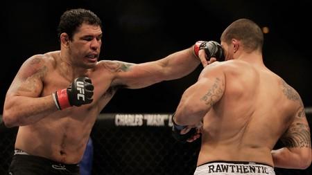Rodrigo Minotauro lutando contra Brendan Schaub no UFC Rio (Foto: AP)