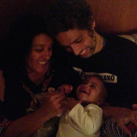 Regina Casé e Estevão Ciavatta com o filho, Roque (Foto: Benedita Casé Zerbini)