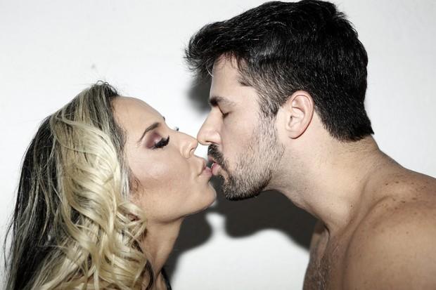 Mulher Melão ensinando técnicas de beijo (Foto: Marcos Serra Lima/EGO)