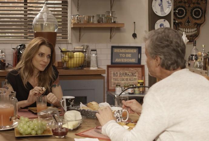 Lenita tranquiliza padeiro e lembra que ele já teve essa idade (Foto: TV Globo)
