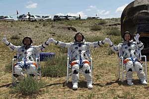 Jing Haipeng, Liu Wang e Liu Yang tiveram um pouso tranquilo. (Foto: AP Photo)