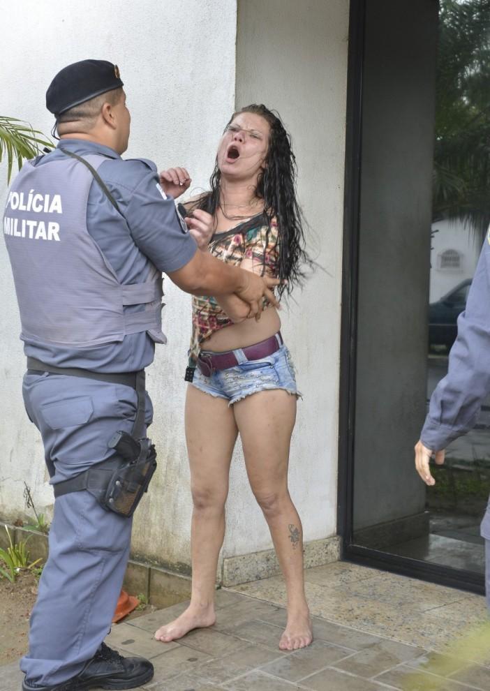 Mulher agride ex-namorado, militares e quebra carro da PM do Espírito santo (Foto: Edson Chagas/A Gazeta)