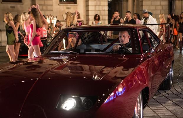 Vin Diesel mais uma vez a bordo de um muscle car modificado (Foto: Divulgação)