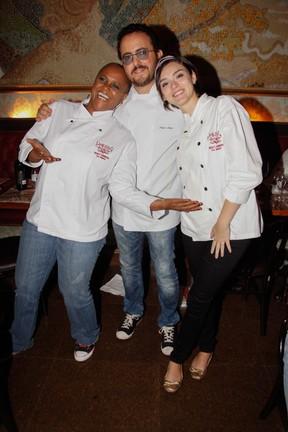 Sandra de Sá e Isabelle Drummond com Isaac Azar cozinha em restaurante em São Paulo (Foto: Marcos Ribas/ Foto Rio News)