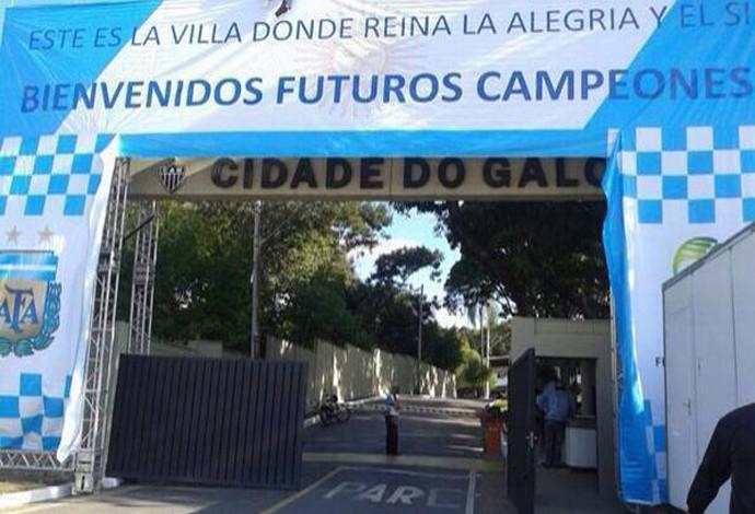 Cidade do galo começa a se transformar para receber a Argentina (Foto: Reprodução/Twitter)