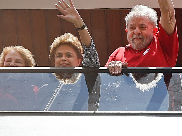 Lula, Dilma Rousseff e Marisa Letícia acenam para os militantes da sacada do apartamento do ex-presidente em São Bernardo do Campo (Foto: AP Photo/Andre Penner)