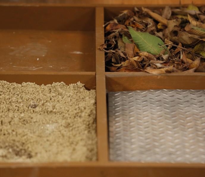 Areia, folhas e metal são alguns dos elementos usados nos efeitos sonoros da radionovela (Foto: Ellen Soares/Gshow)