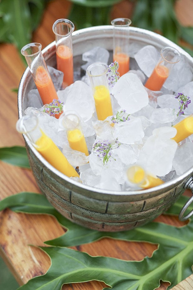 Shots de gazpacho e de cenoura, gengibre e laranja (Foto: FOTOS: MARCELO GUARNIERI | ARTE: KAREN HOFSTETTER)