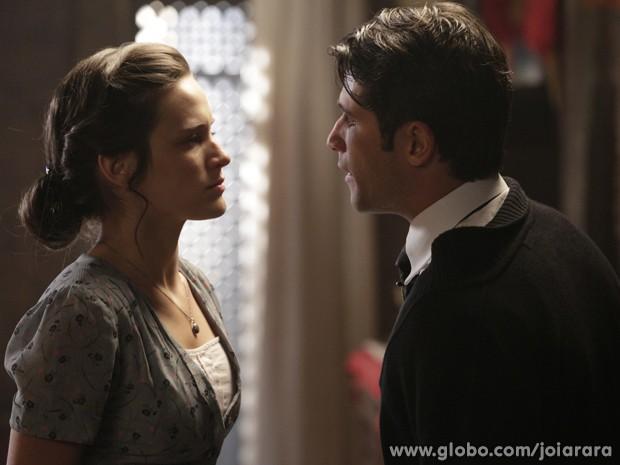 Franz e Amélia discutem por causa de Sílvia (Foto: Fábio Rocha / TV Globo)