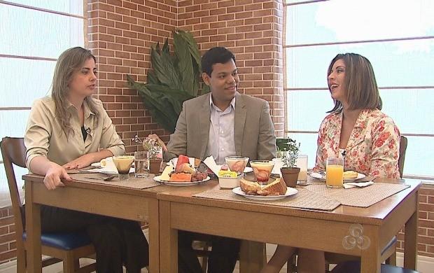 Apresentador, Thiago Rogeh, conversa com ex-apresentadoras do Bom Dia Amazônia (Foto: Bom Dia Amazônia)