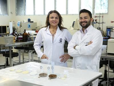 A professora Ana Cristina Moreira, coordenadora do Nubex e o aluno Felipe Sousa. Juntos, eles desenvolveram a pomada, tese de doutorado de Felipe.  (Foto: Ares Soares/Unifor )