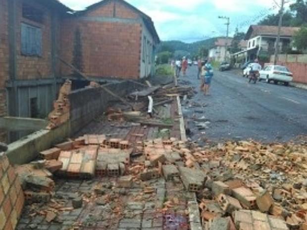 Muro desabou sobre jovem e duas crianças no fim da tarde desta sexta (18) em Salto Veloso (Foto: Polícia Militar/Divulgação)