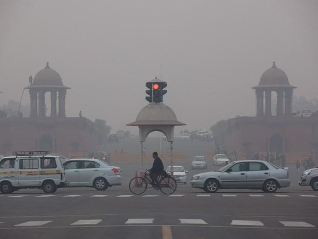Veículos passam perto do Palácio Presidencial em meio à poluição em Nova Deli, na Índia. A Organização Mundial de Saúde classificou Nova Deli como a cidade mais poluída do mundo em 2015 (Foto: Tsering Topgyal/AP)