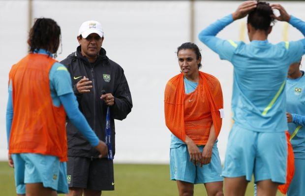 Jorge Barcellos com Marta no treino da Seleção feminina (Foto: Reuters)