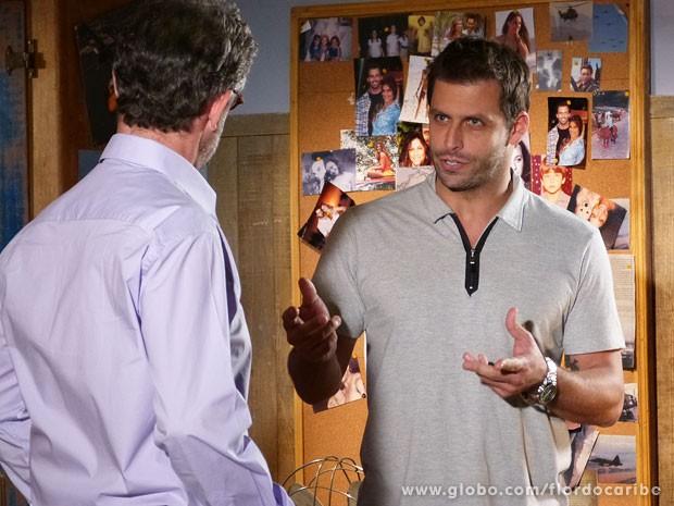 Cassiano pede para Duque falsificar documentos para Hélio (Foto: Flor do Caribe / TV Globo)