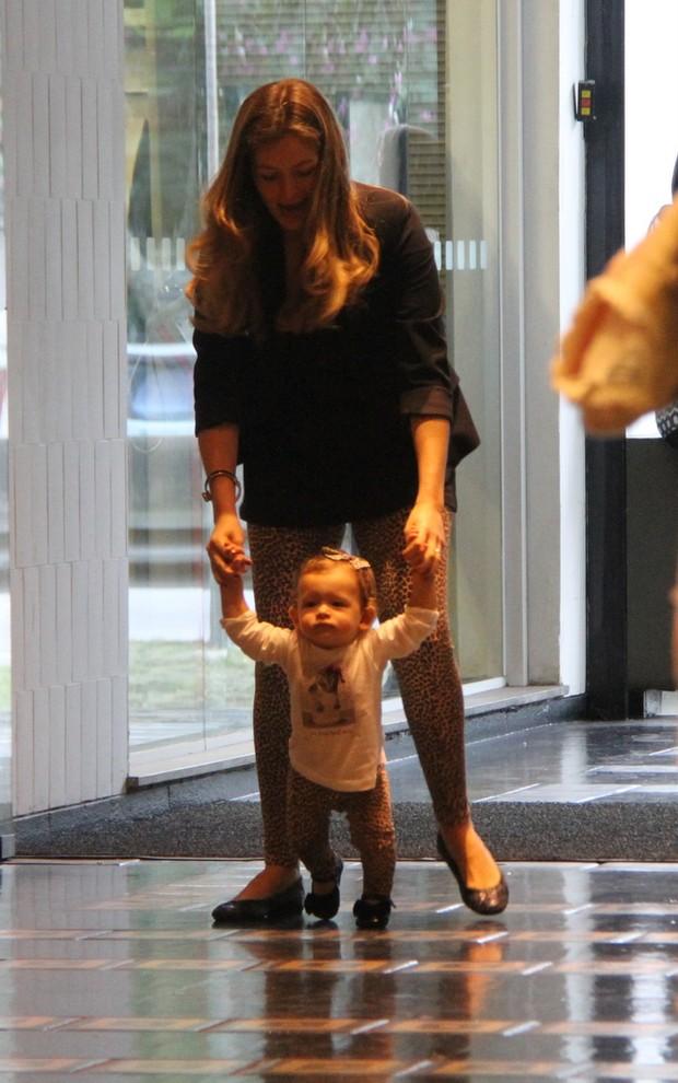 Bianca Castanho e família no shopping  (Foto: Daniel Delmiro/Ag. News)