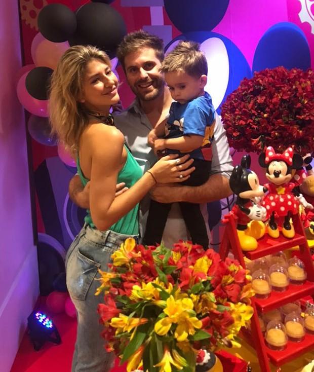 Thiago Gagliasso com o filho, Gabriel, e a namorada, Isabela Rozental (Foto: Sintonia_Eventos/Divulgação)