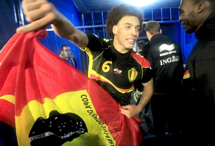 Axel Witsel comemoração Bélgica Copa do Mundo bandeira  (Foto: Reuters)