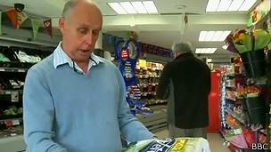Martin Dove ainda visita lojas e lê rótulos em busca de promoções e concursos (Foto: BBC)
