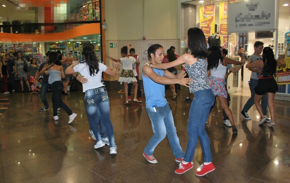 De repente pessoas começaram a dançar surprendendo a todos (Foto: Bom dia Amazônia)