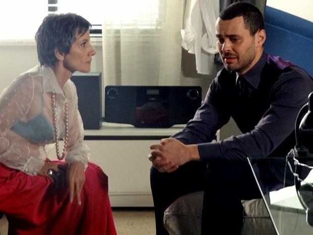 Fernando conta para Melissa que tentou matar Rodrigo (Foto: Amor Eterno Amor/ TV Globo)