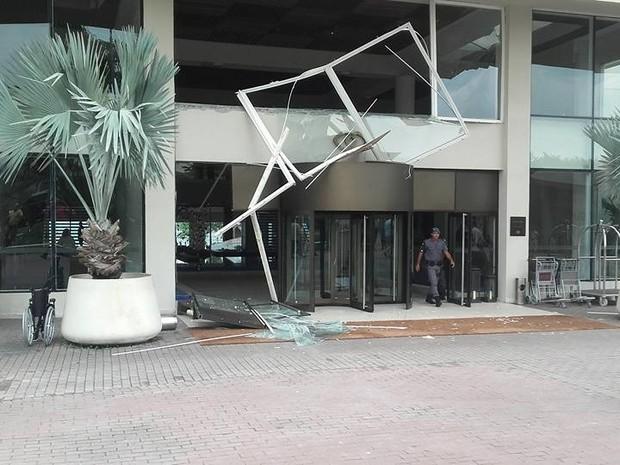 Parte da fachada do hotel ficou destruída em Guarujá (Foto: G1)