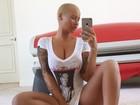 Em selfie, Amber Rose sensualiza de camisa decotada