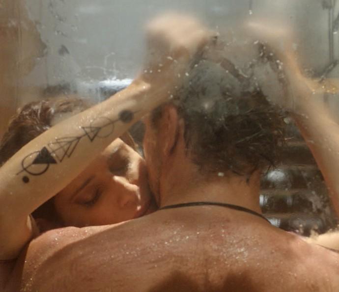 Lenita e Felipe esquentam o primeiro capítulo (Foto: TV Globo)
