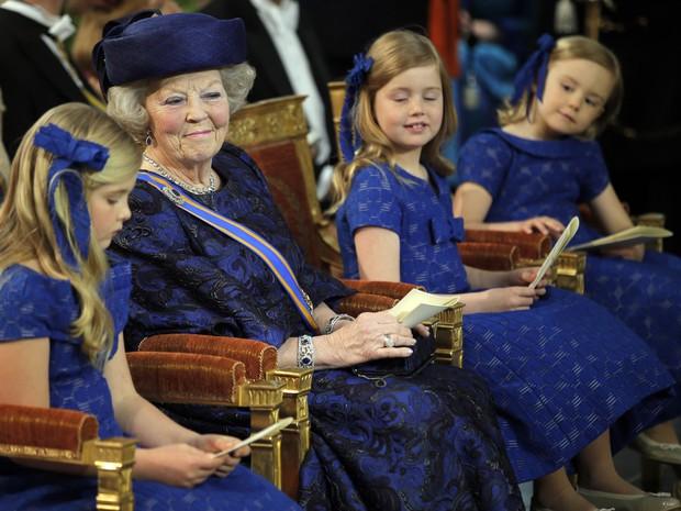 Beatrix aguarda pelo início da cerimônia entre as netas, as princesas Catharina-Amalia, Ariane e Alexia (Foto: Peter Dejong/Reuters)