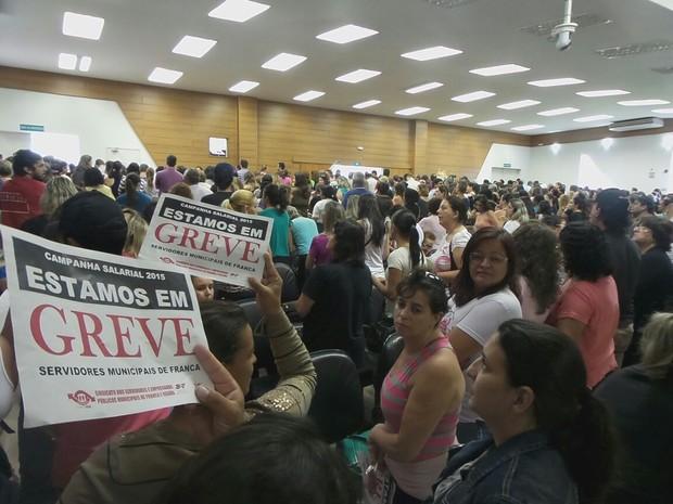 Servidores em greve lotaram plenário na Câmara Municipal de Franca (Foto: Stella Reis/EPTV)