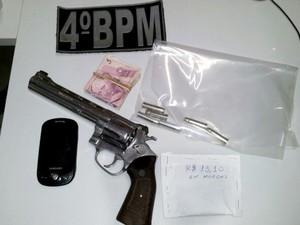 Suspeito foi preso com um revólver calibre 38 de cano longo (Foto: Daniel Morais)