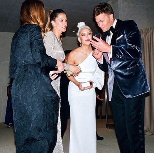 Tom Brady mostra o resultado do clique para Gisele, Stella e Kate (Foto: Instagram/Reprodução)