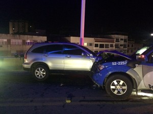 Carros ficaram bastante danificados com a colisão (Foto: Divulgação/Polícia Militar)