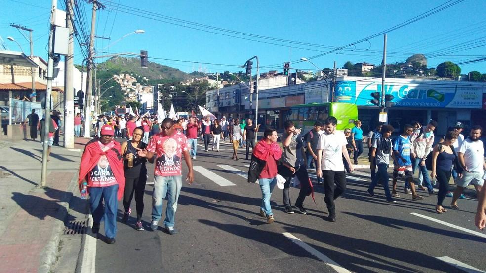 Protesto na Avenida Vitória (Foto: Kaique Dias/ CBN Vitória)