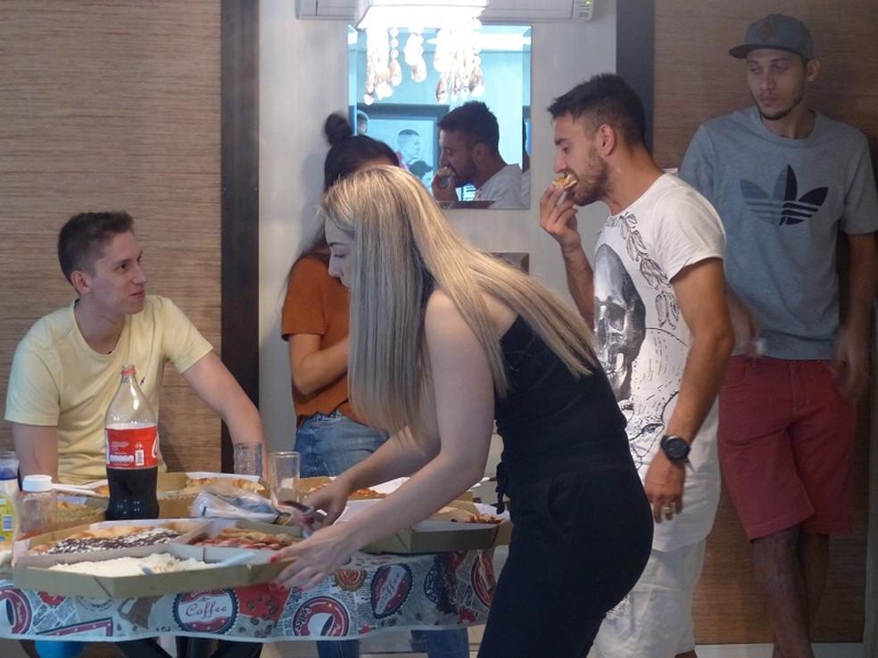Em clima descontraído, amigos se reúnem para noite de pizza (Foto: Cahê Mota)