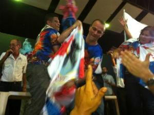 Emerson Xumbrega e Helder Salomão erguem o troféu (Foto: Leandro Nossa / G1 ES)