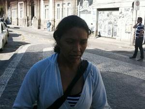 Mãe de menina morta em tiroteio (Foto: Matheus Giffoni/G1)