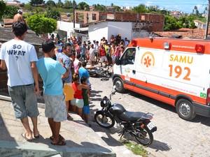 Rapaz foi assassinado quando passava de moto no bairro do Padre Zé em João Pessoa (Foto: Walter Paparazzo/G1)
