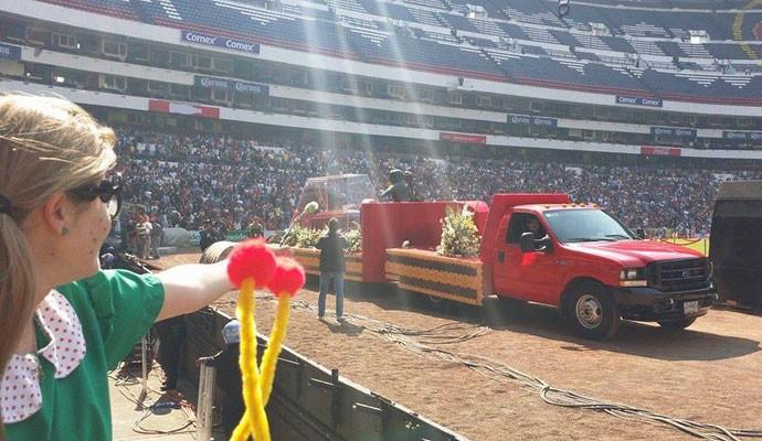 Aline Medeiros no velório de Roberto Bolaños, no estádio Azteca, Cidade do México