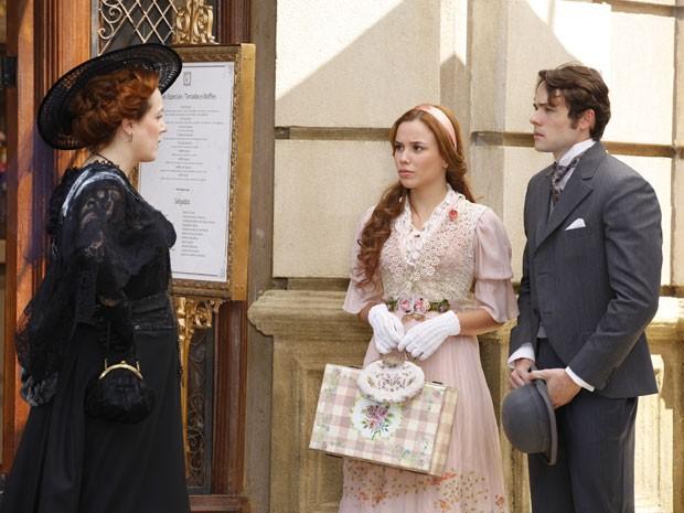 Alice está dando um fora em Teodoro quando Carlota chega e vê maldade em tudo (Foto: Lado a Lado/TV Globo)