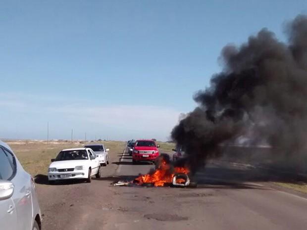 Protesto teve pneus queimados na Interpraias em Cidreira, RS (Foto: Nizio Lionei Dias Kerch/divulgação)