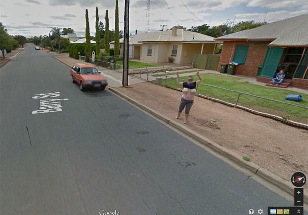Australiana exibiu seios diante da câmera do Google Street View (Foto: Reprodução/Google Maps)