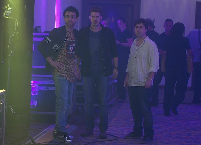 Surpreso com a cena, alex promete vingança (Foto: TV Globo)