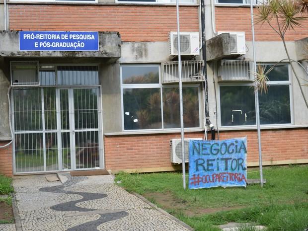 Grupo pede negociação com reitoria (Foto: Estudantes em Luta por Direito à Permanência/ Facebook)