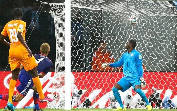Honda Marca gol do Japão contra a Costa do Marfim (Foto: Agência Reuters)