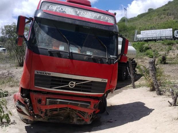 Motorista da carreta ficou levemente ferido, segundo policial rodoviário. (Foto: José Jaime/ TV Asa Branca)