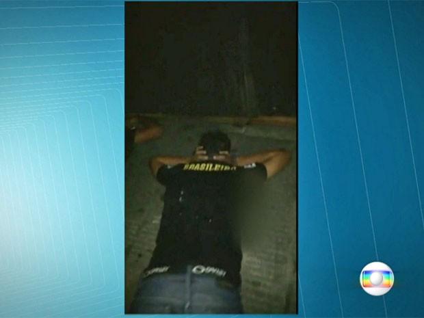 Imagem mostra que um dos adolecentes estava rendido durante chacina em Carapicuíba (Foto: TV Globo/Reprodução)